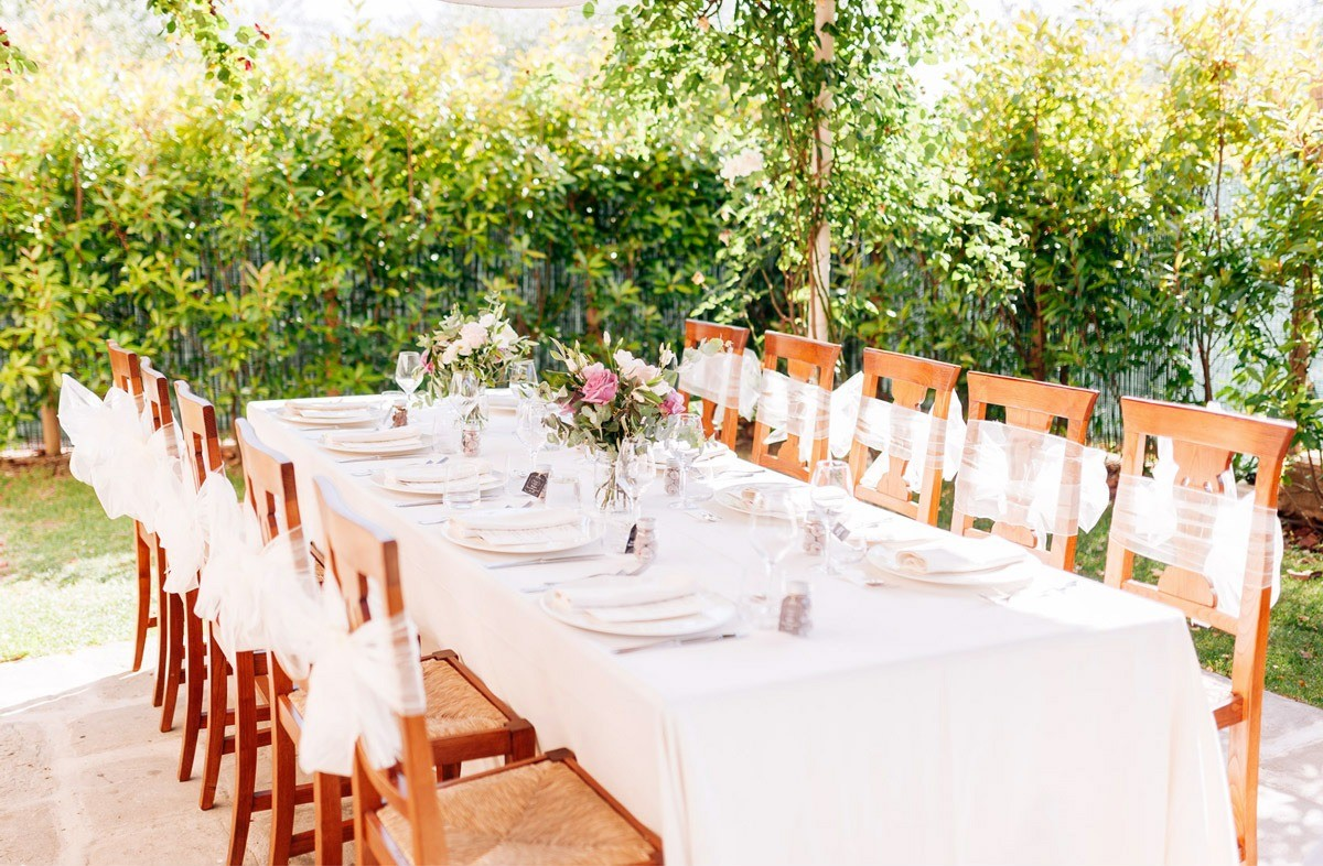 Romantic wedding table near Lucca