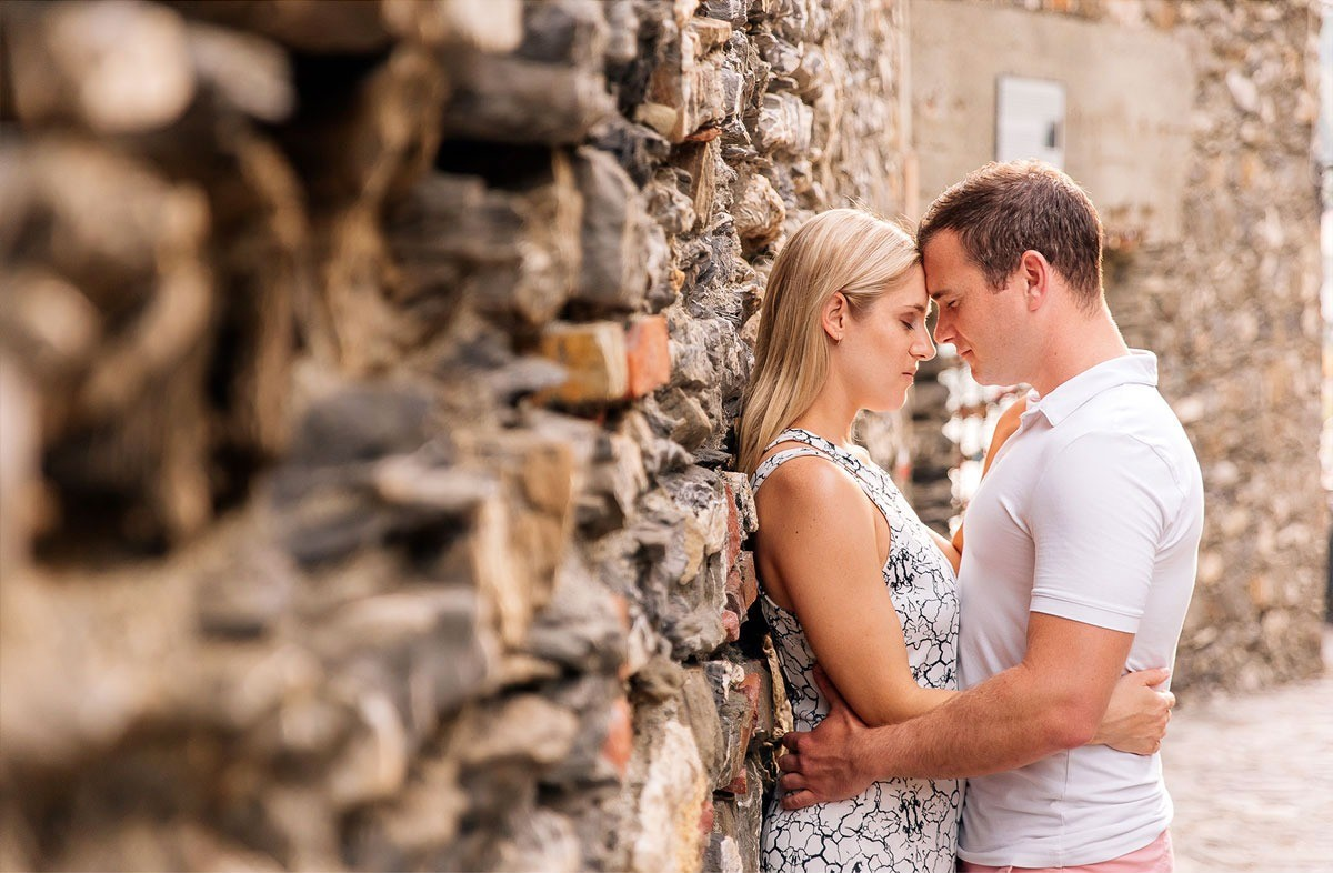 Romantic engagement photography in Monterosso al Mare