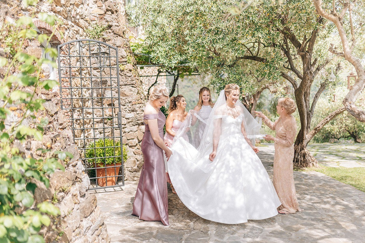 bride's getting ready with her bridesmaids in monterosso al mare